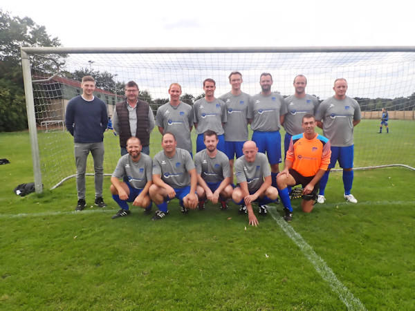 Mannschaftsfoto vom FC-Greffen Altherren mit Sponsor